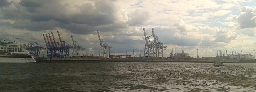 Sicht von den Landungsbrücken auf den Hamburger Hafen